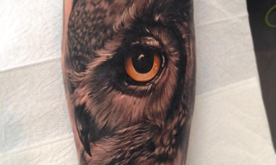 Tatuaje buho realista por Christopher Henriksen
