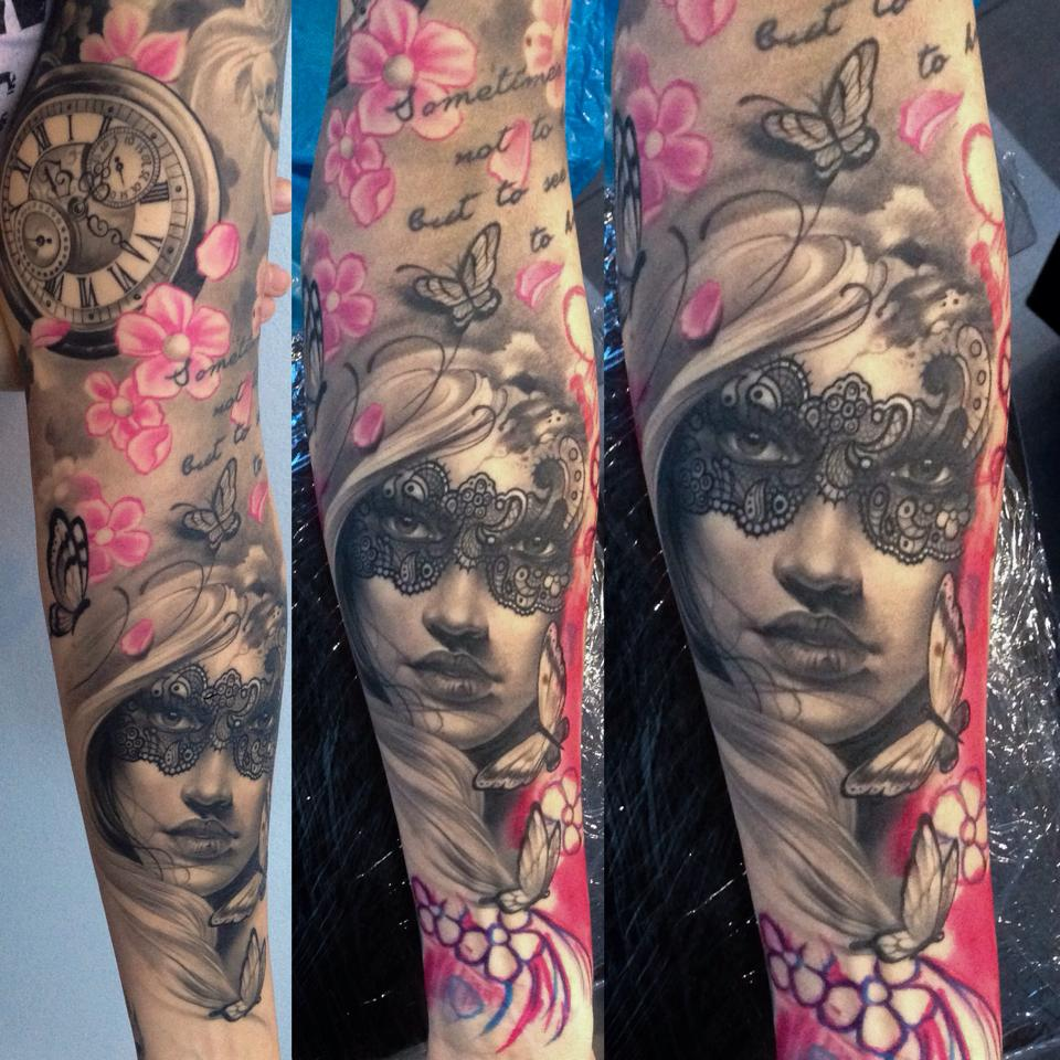 Tatuaje realista chica mariposas