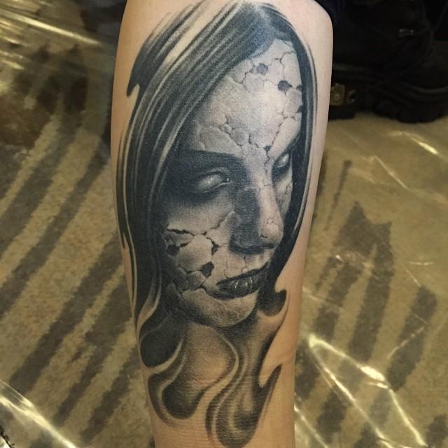 Tatuaje realismo chica zombi