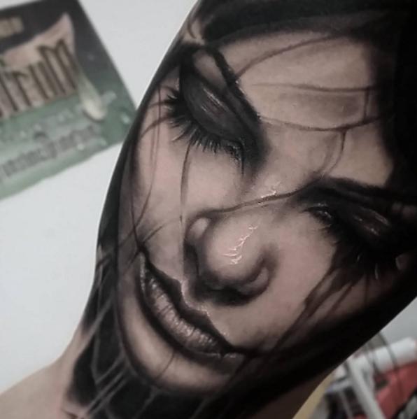 Tatuaje de realismo beny pearce chica