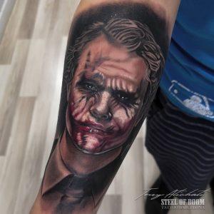 Tatuaje Joker realista por Tony Atichati