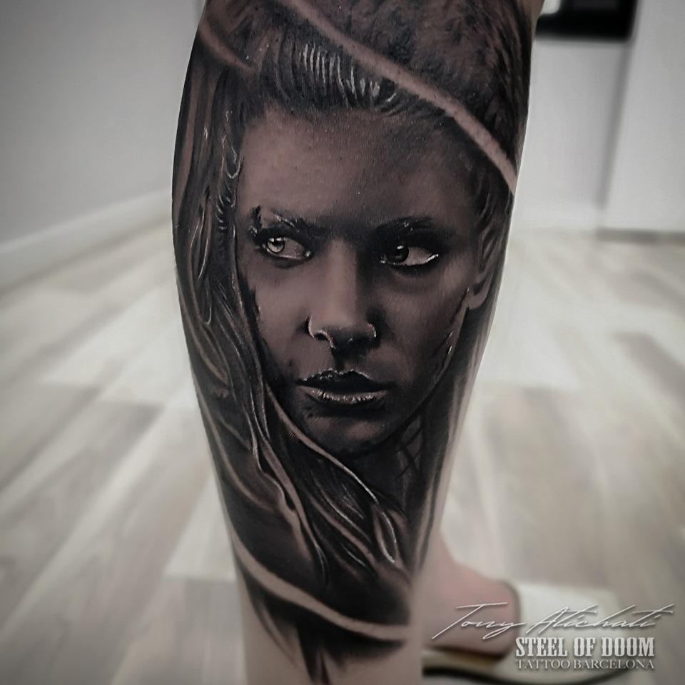 Tattoo realismo Lagertha por Tony Atichati