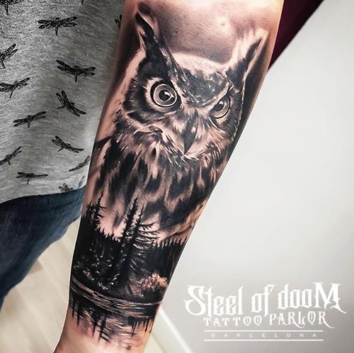 Tatuaje realismo de buho en barcelona por Tony Atichati